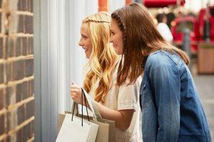 32021_Women-shopping